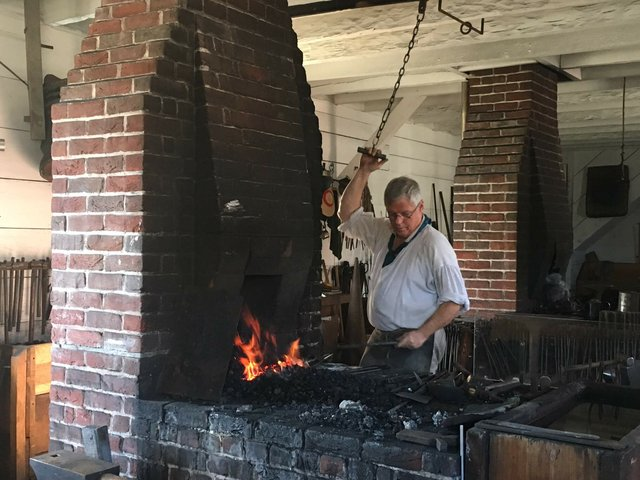 6-williamsburg-blacksmith.JPG