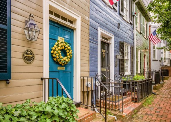 Old-Town-Homes-with-Lemon-Wreath-Credit-Sam-Kittner-for-Visit-Alexandria-720x513-7426f44f-3790-426f-abff-f73bbfa96e5b.jpg