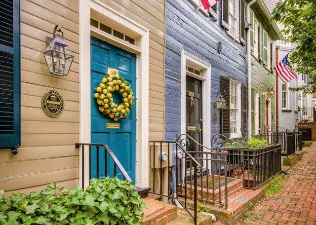 Old-Town-Homes-with-Lemon-Wreath-Credit-Sam-Kittner-for-Visit-Alexandria-720x513-7426f44f-3790-426f-abff-f73bbfa96e5b.jpg